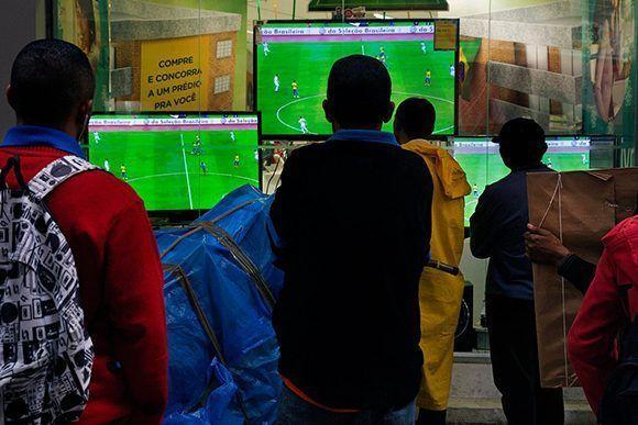 El partido de Serbia y Brasil es transmitido en una tienda de electrodomésticos en São Paulo durante el mundial de fútbol de 2014. Foto: Lalo de Almeida/ The New York Times.