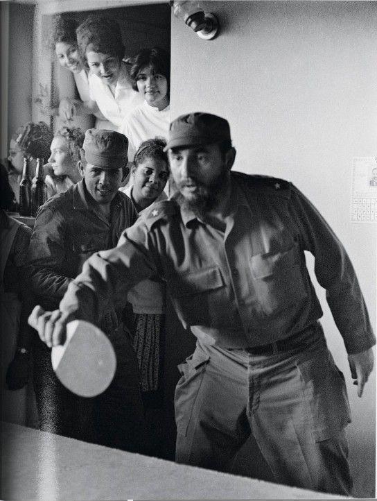 Jugando tenis de mesa en una escuela en Santiago de Cuba. 1964. Foto: Lee Lockwood
