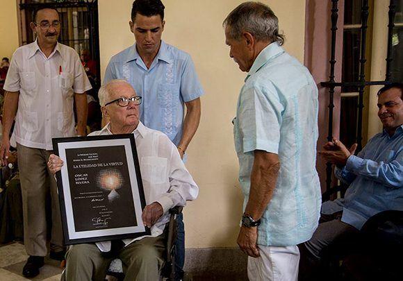 Armando Hart Dávalos junto a Oscar López Rivera, en la última aparición pública que hiciera el intelectual y político cubano, el 13 de noviembre de 2017, en el Instituto Cubano de Amistad con los Pueblos, en La Habana. Foto: Ismael Francisco/ Cubadebate.