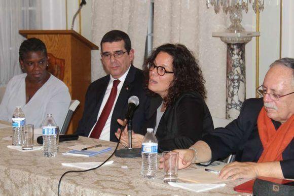 La reconocida investigadora Julia Sweig habla en el panel dedicado a Fidel. A su derecha el abogado José Pertierra y a su izquierda el embajador cubano José Ramón Cabañas y la activista Gail Walker. Foto: Prensa Latina