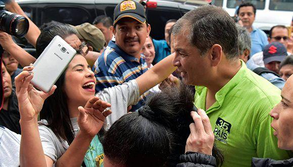 Seguidores de Alianza PAIS reciben a Rafael Correa en Guayaquil. Foto: AFP.