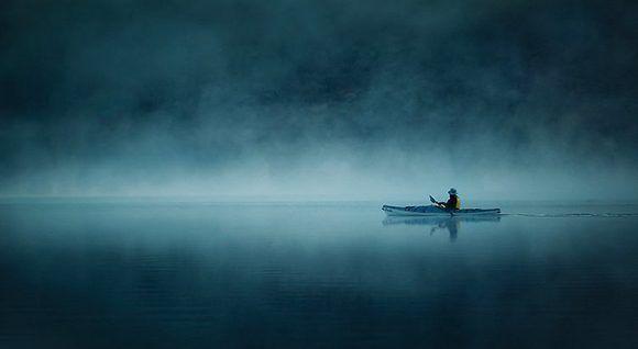 """Una barca solitaria con su remero en la penumbra desconocida fue para Flirckr el lugar 17 entre sus fotos del año. Foto: """"Solitude"""" de Ania Tuzel."""