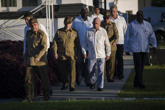 General de Ejército Raúl Castro Ruz encabeza el pequeño grupo, que esta mañana rinde honores al estadista de la nación. Foto: Irene Pérez/ Cubadebate.