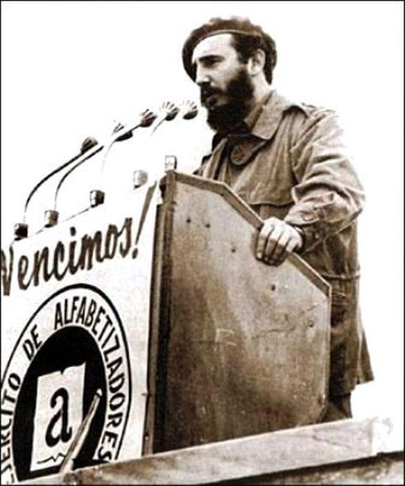 """Fidel pronuncia discurso en la concentración en la Plaza de la Revolución """"José Martí"""", para proclamar a Cuba Territorio Libre de Analfabetismo el 22 de diciembre de 1961. Foto: Periódico Escambray /Sitio Fidel Soldado de las Ideas"""