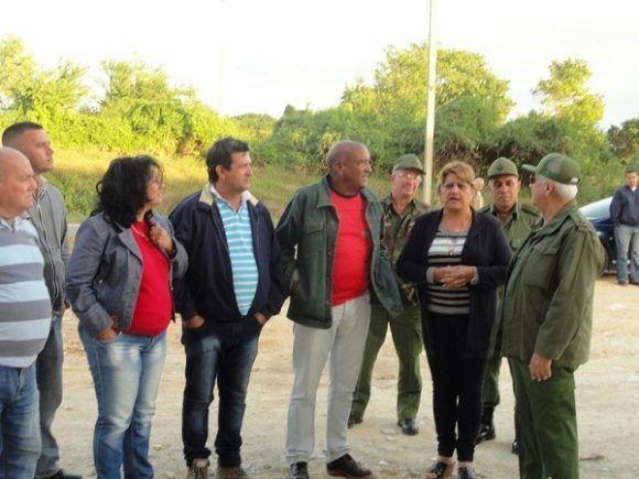 La comitiva, en áreas de desarrollo residencial en Cienfuegos. Foto: Magalys Chaviano Álvarez.