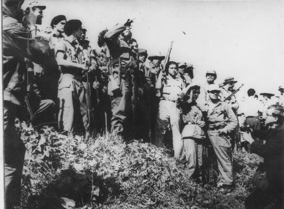 Fidel Castro junto a Celia Sánchez Manduley en el Primer Frente Oriental José Martí, en la Sierra Maestra. Foto: Instituto de Historia / Sitio Fidel Soldado de las Ideas