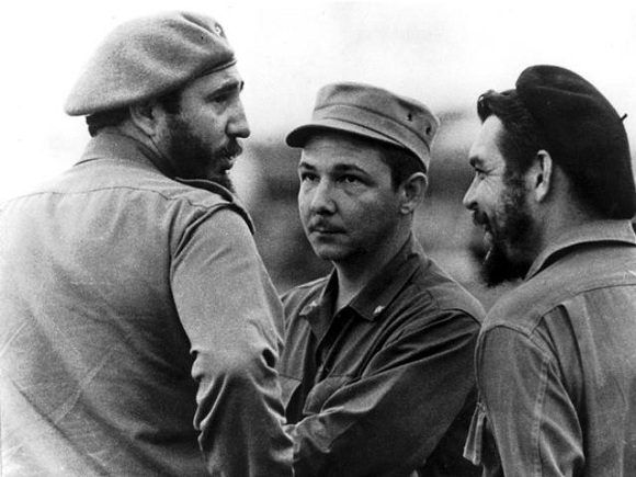 """Fidel, el Che y Raúl en el Aeropuerto Internacional """"José Martí"""", en la despedida del Jefe de Estado Argelino y su delegación, 1963. Foto: Osvaldo Salas / Sitio Fidel Soldado de las Ideas."""