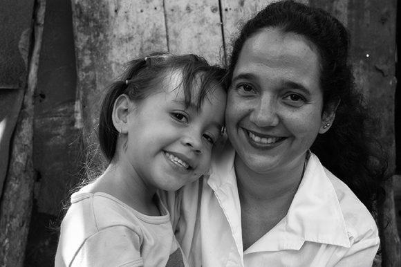 https://i2.wp.com/media.cubadebate.cu/wp-content/uploads/2020/04/Doctora-cubana-con-ni%C3%B1a-venezolana-operada-en-Cuba-en-2005.-Foto-Roberto-Chile-580x386.jpg