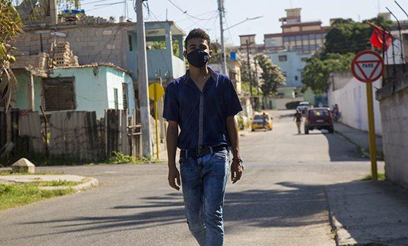 Oscar Águila Sarduy, presidente de CDR más joven de Cuba, en su barrio La Timbita. Foto: Ismael Francisco/ Cubadebate.