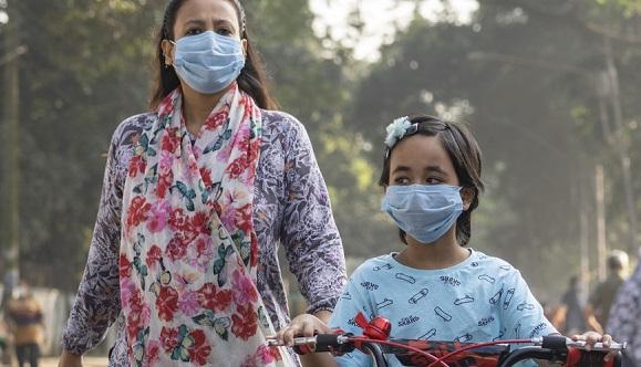 Las personas no pueden sentirse seguras solo por haber recibido las dos dosis. Todavía necesitan protegerse, sostuvo la subdirectora general de la OMS. Foto: UN News.