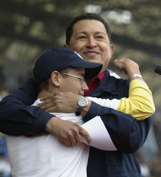 Chávez y Lazarito, pionero cubano en la Cumbre de los Pueblos, en Mar del Plata. Foto: Ismael Francisco/ Cubadebate.