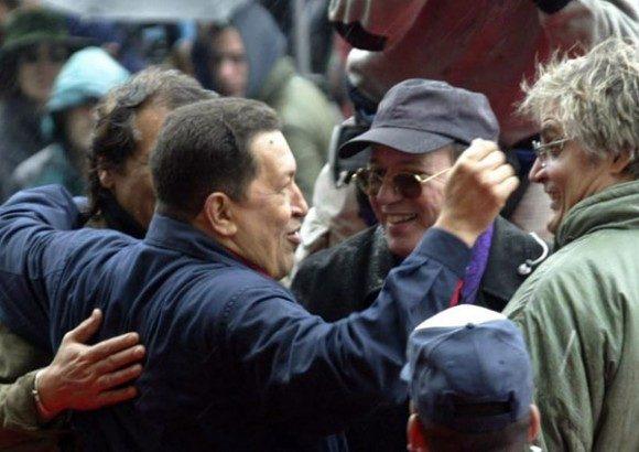Chávez junto a Silvio Rodríguez y Amaury Pérez durante la Cumbre de los Pueblos, en Mar del Plata, Argentina. Foto: Ismael Francisco/ Cubadebate
