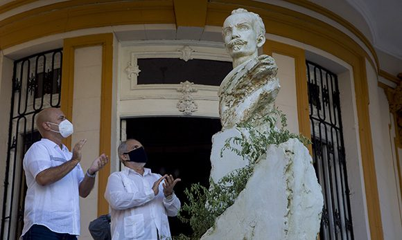 Gerardo y el creador de la obra, Andrés González, develaron el monumento erigido a Martí en la sede nacional de los CDR. Foto: Ismael Francisco/ Cubadebate.