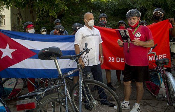 """Integrantes del Club de Cicloturismo de La Habanaa """"asaltaron"""" la sede nacional de los CDR para reconocer la labor de la organización en su aniversario 61. Foto: Ismael Francisco/ Cubadebate."""