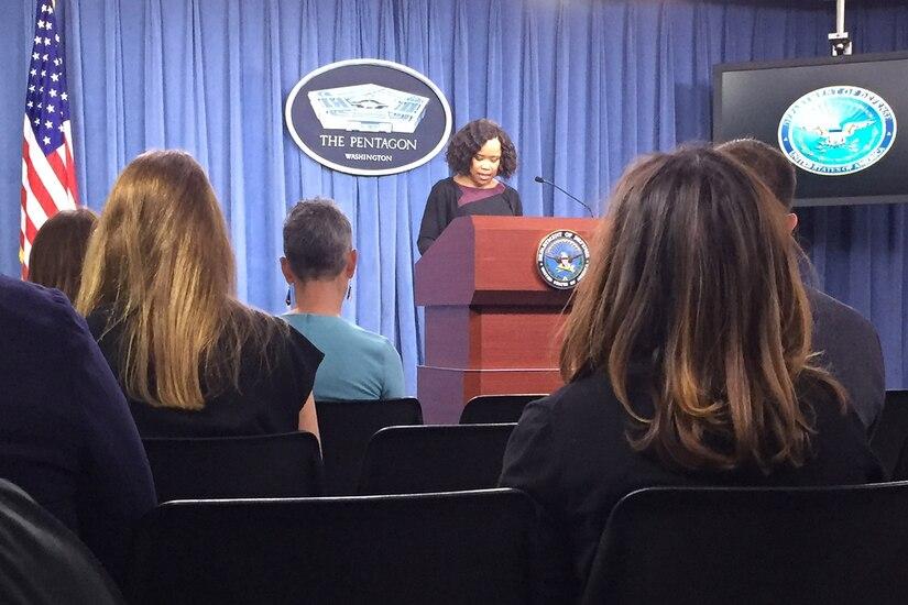 Dana W. White, porta-voz do Pentágono, conduz uma entrevista coletiva no Pentágono.