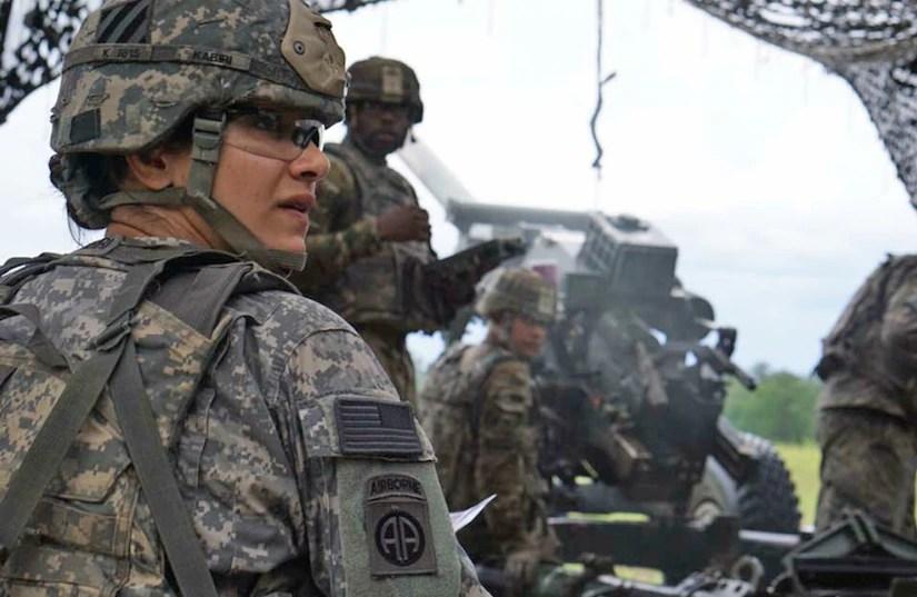 O Comandante do Exército Nargis Kabiri, comandante da Alpha Battery, 1º Batalhão, 9º Regimento de Artilharia de Campo, 3ª Divisão de Infantaria de Artilharia, ajuda sua equipe a preparar um Howitzer M119 em Fort Stewart, Geórgia.