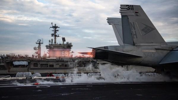 """SOUTH CHINA SEA (9 de fevereiro de 2021) Um Super Hornet F / A-18E, atribuído aos """"Blue Diamonds"""" do Strike Fighter Squadron (VFA) 146, é lançado da cabine de comando do USS Theodore Roosevelt (CVN 71) durante a condução operações de duas transportadoras com o Nimitz Carrier Strike Group no Mar da China Meridional em 9 de fevereiro de 2021. Os grupos Theodore Roosevelt e Nimitz Carrier Strike estão conduzindo operações de duas transportadoras durante suas implantações na área de operações da 7ª Frota.  Como a maior frota desdobrada da Marinha dos Estados Unidos, a 7ª Frota opera e interage rotineiramente com 35 nações marítimas enquanto realiza missões para preservar e proteger uma região Indo-Pacífico livre e aberta.  (Foto da Marinha dos EUA por especialista em comunicação de massa de 2ª classe Zachary Wheeler)"""