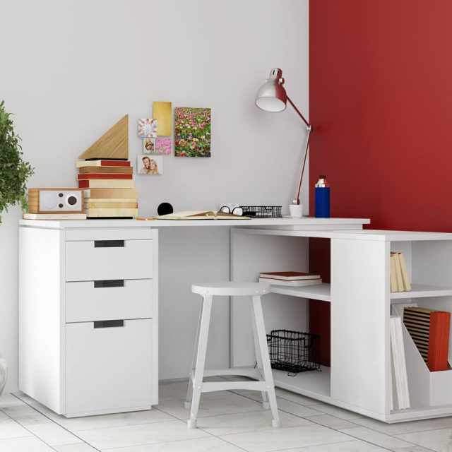 Küçük bir çalışma odasında köşe masası kullanarak küçük alanlar için çalışma odası tasarımları mevcut alandan en iyi şekilde yararlanmanızı sağlar