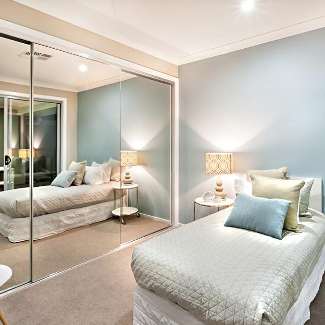 Aynalı basit küçük yatak odası tasarımı, daha geniş bir alan yanılsaması yaratarak küçük bir yatak odasını genişletme gücüne sahiptir.