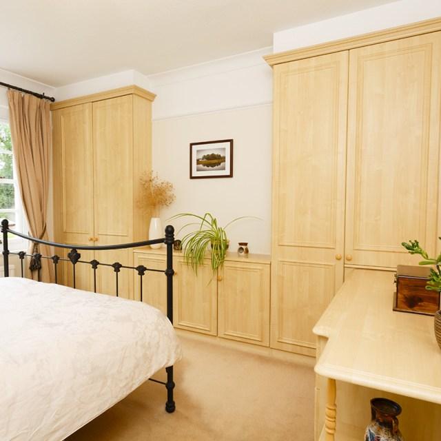 Küçük yatak odası iç mekanlarını yaparken iyi tasarlanmış dolaplar kullanın, gardıroplar küçük yatak odalarının dağınıklığını önler