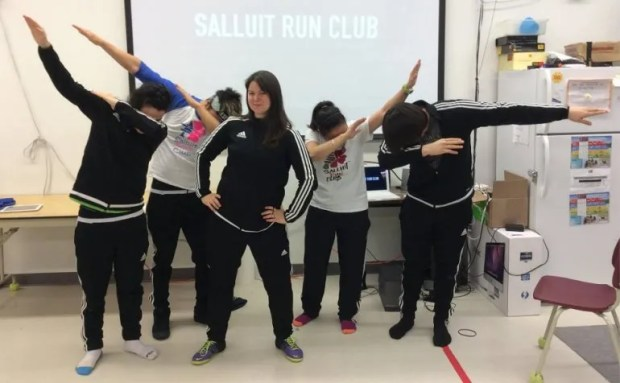 La maestra canadiense Maggie MacDonnell, junto a un grupo de alumnos.