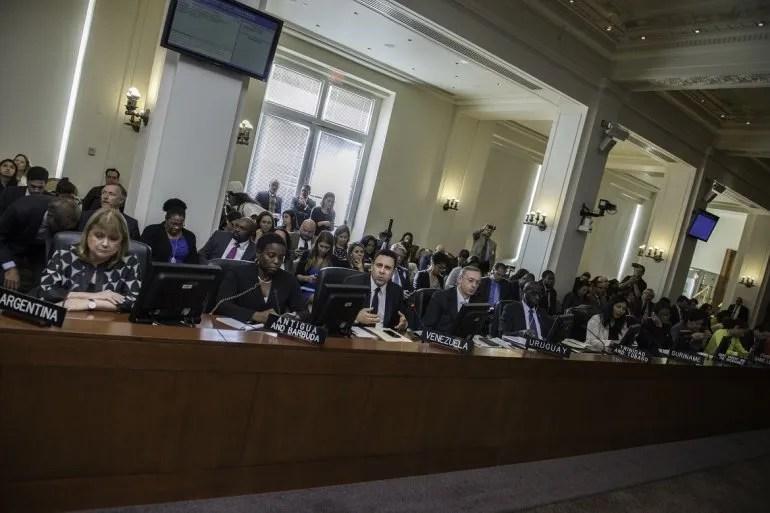 La canciller argentina Susana Malcorra (izq.) y el representante de Maduro en la OEA