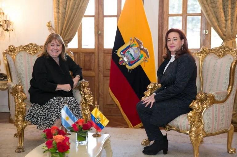 La canciller de Argentina Susana Malcorra y su nueva colega ecuatoriana María Fernanda Espinosa el 23MAY17 en Quito.