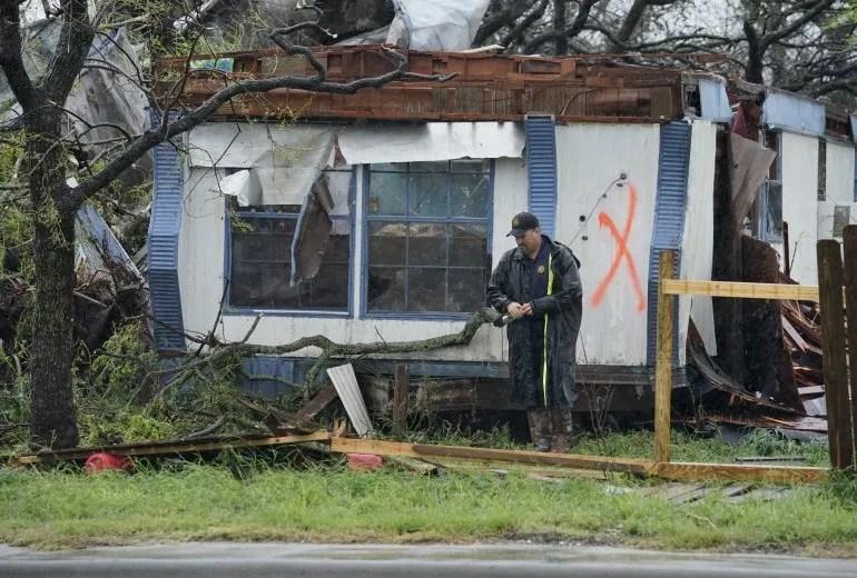 Un oficial de la ley se aleja de una casa arruinada después de buscar a los sobrevivientes después del huracán Harvey en Rockport, Texas, EEUU.