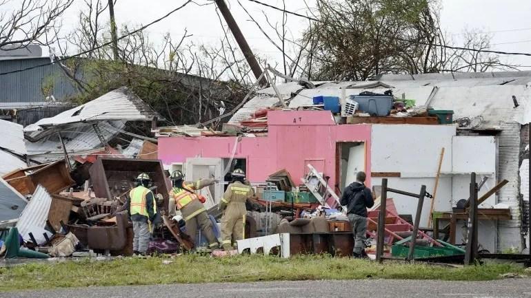 Los trabajadores de rescate buscan sobrevivientes en una estructura dañada por el huracán Harvey en Rockport