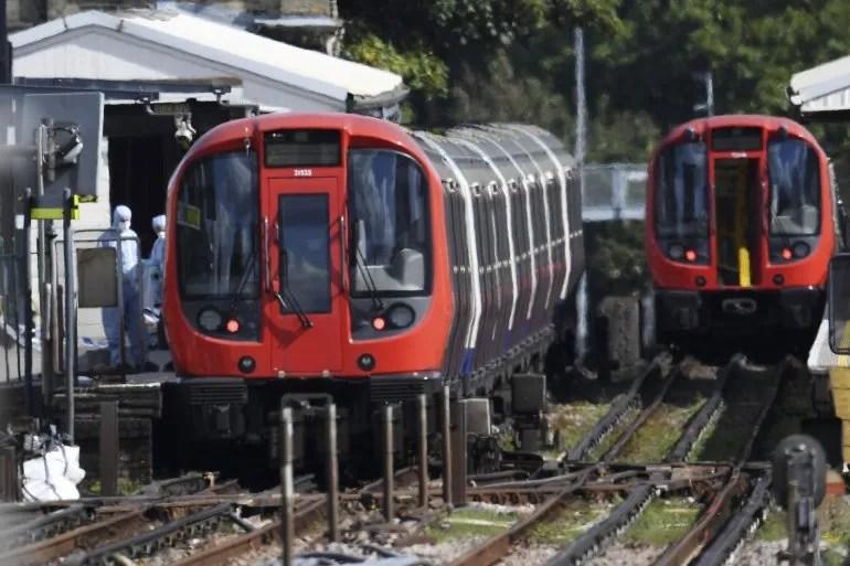 Policías forenses trabajan en el lugar donde se ha producido una explosión en un vagón de tren en la estación de metro Parsons Green en Londres (Reino Unido).