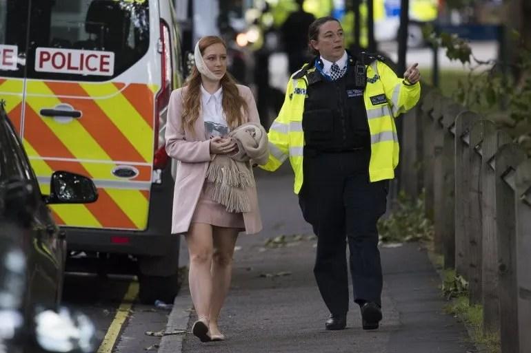 <div><p>Una agente de policía escolta a una herida en los alrededores de la estación de metro Parsons Green en Londres (Reino Unido). </p></div><div><p></p></div>