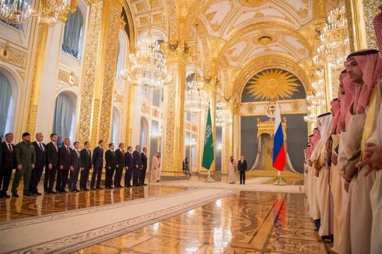 Vladimir Putin recibe en el Kremlin al rey Salmán ben Abdelaziz al Saúd el 05OCT17.