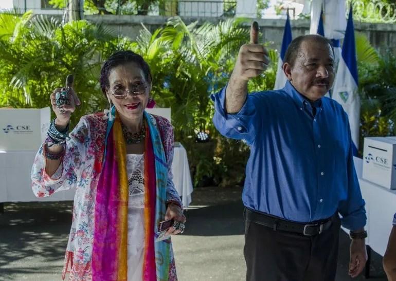 El presidente Daniel Ortega (d)