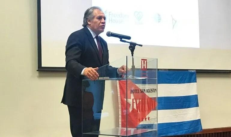Luis Almagro, secretario general de la OEA, habla en su encuentro con opositores al régimen cubano en Lima, Perú.