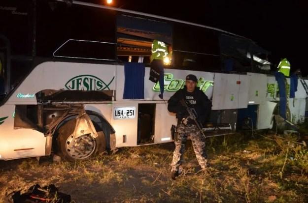 Efectivos de la Policía vigilan el autobús en el que se encontró más de media tonelada de marihuana, valorada en el mercado nacional en más de 1,7 millones de dólares.