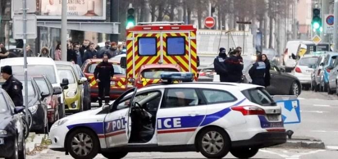Agentes de la policía francesa llevan a cabo una operación antiterrorista en el barrio de Neudorf