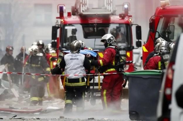 Bomberos y paramédicos rescatan personas tras la explosión en una panadería en el distrito IX de París.