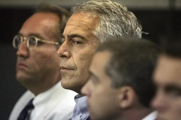 En el caso de Jeffrey Epstein (al centro) se determinó que su muerte en prisión fue un suicidio por ahorcamiento.