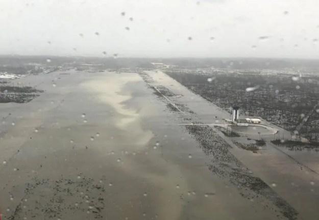 <p></p><p>Así quedó la pista del aeropuerto Marsh Harbour en <a href=