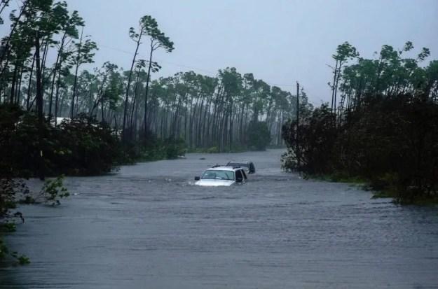 Dos automóviles  quedaron sumergidos en el agua tras el paso del huracán Dorian en Freeport, Bahamas, el martes 3 de septiembre de 2019.