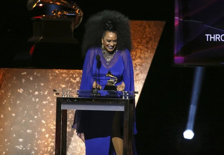 """Aymée Nuviola recibe el Grammy por el disco """"A Journey Through Cuban Music""""."""