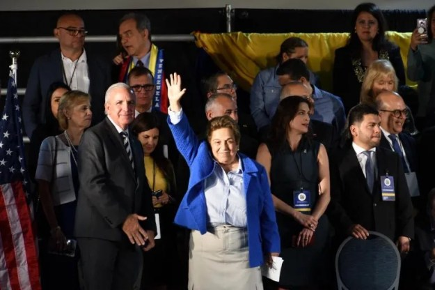 La representantes Donna Shalala le habló a los presentes de la importancia de mantener la solitud de aplicar un TPS para los venezolanos.