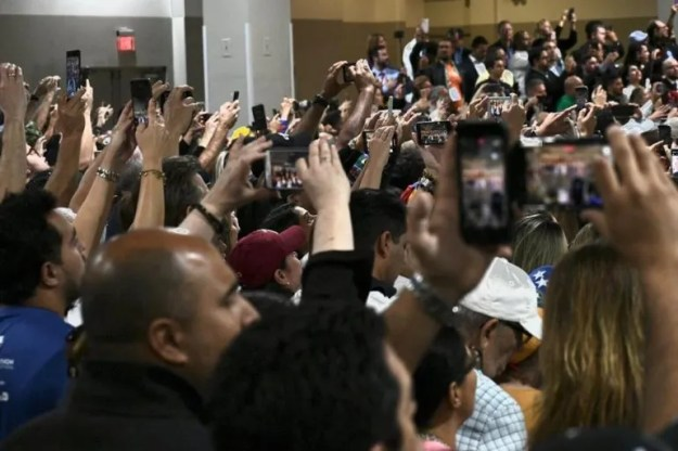 Los presentes alzaron sus celulares para grabar cada detalle de la llegada de Juan Guaidó.