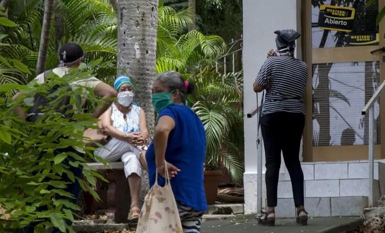 Varias personas esperan frente a una oficina de Western Union el 12 de junio de 2020 en el Vedado, en La Habana, Cuba.
