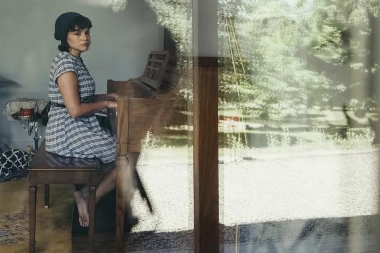 """En esta foto del 9 de junio del 2020, la cantautora Norah Jones posa a través de una ventana en su casa, en el norte de Nueva York, para promover su más reciente álbum, """"Pick Me Up Off the Floor""""."""