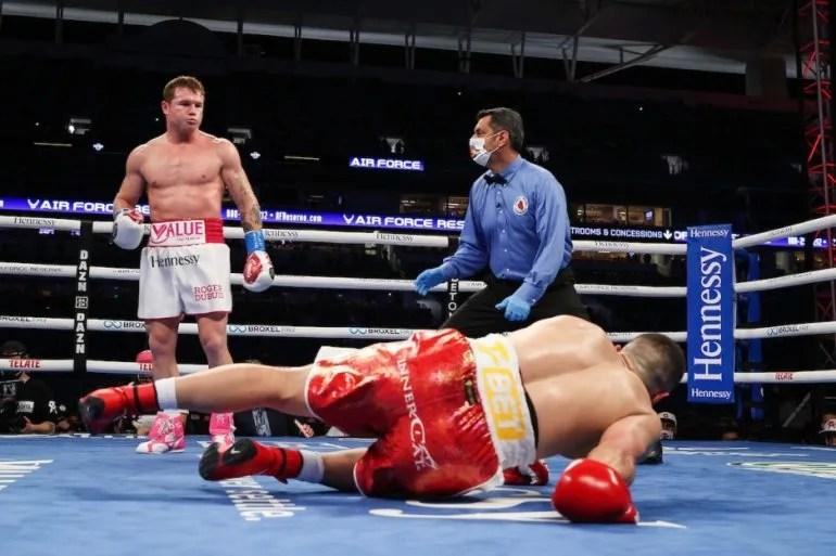 """El turco Avni Yildirim cae a la lona ante una serie de golpes del  mexicano Saúl """"Canelo"""" Álvarez en el tercer asalto de la pelea que se disputó el sábado 27 de febrero en Miami"""
