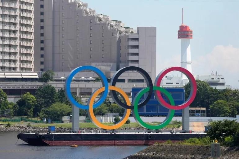 Los anillos olímpicos flotan en una barcaza en Tokio antes de los Juegos del 2020 el lunes, 19 de julio del 2021