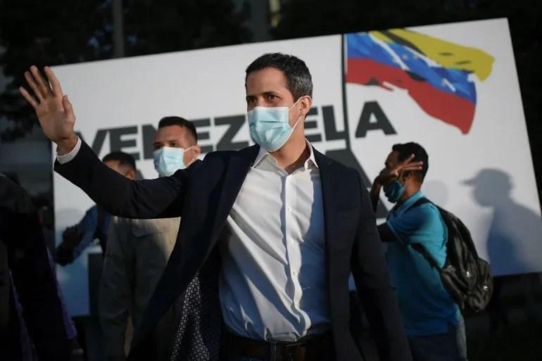 En esta foto del 12 de noviembre de 2020, el líder opositor Juan Guaidó llega a la manifestación de campaña