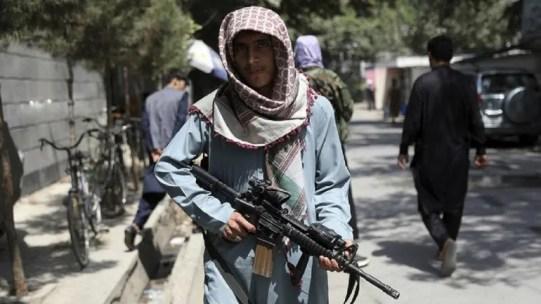 Talibanes cierran aeropuerto de Kabul; se agota puente aéreo