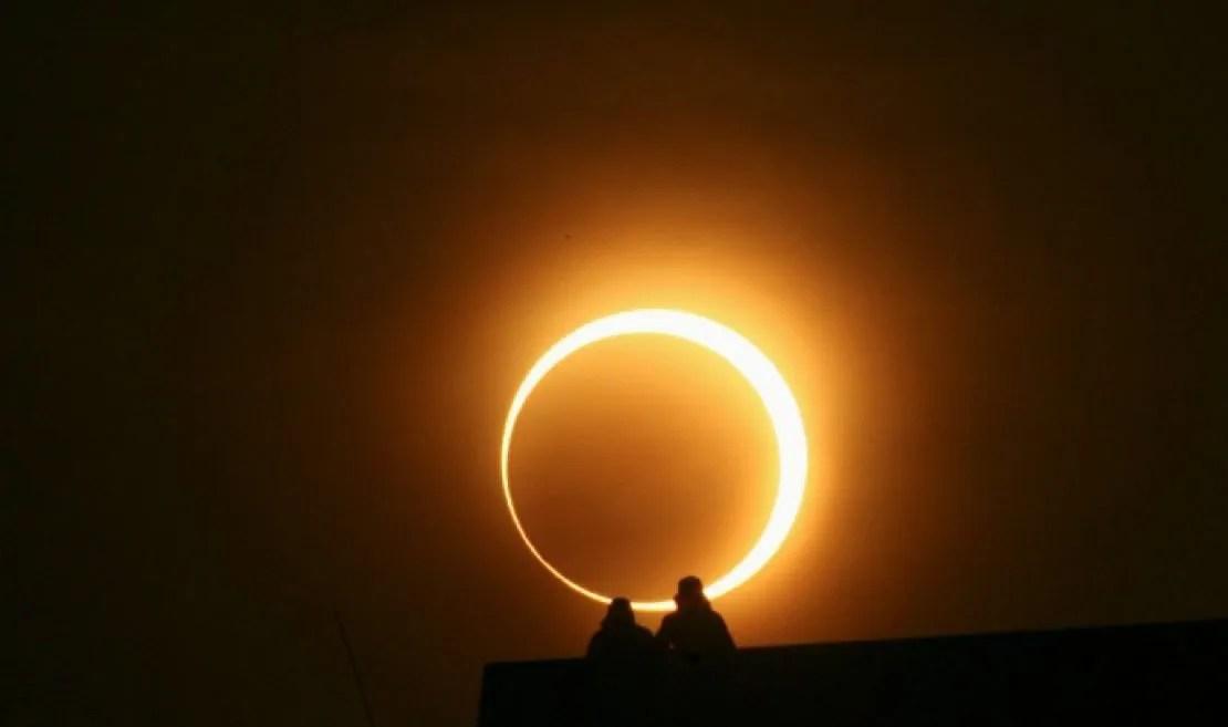 atardecer de 360° durante el eclipse solar